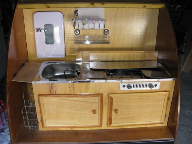 installation du frigo de la caravane teardrop galeries personnelles magazine. Black Bedroom Furniture Sets. Home Design Ideas